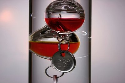 Galileo-Thermometer lassen sich auch basteln.