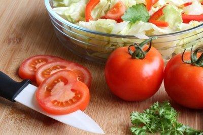 Bereiten Sie einfache Salate zu.