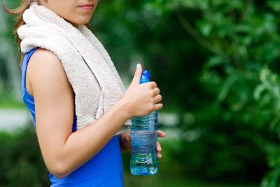 Ausreichend Flüssigkeit beugt einer Muskelverhärtung vor.