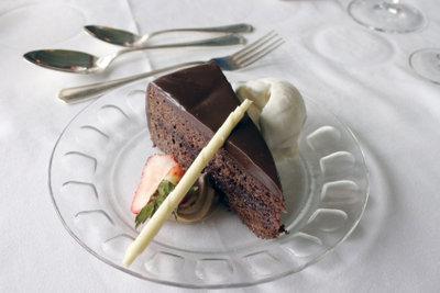 Mocca-Torte wird mit Kaffee zubereitet.