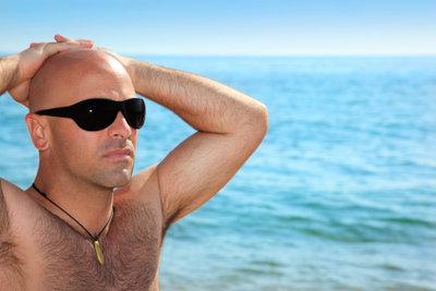 Manchen Männern steht eine Glatze.