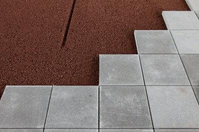 Verlegen Sie Bodenplatten.
