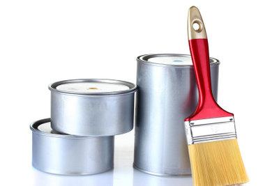 Pinsel und Farbe zum Basteln verwenden.
