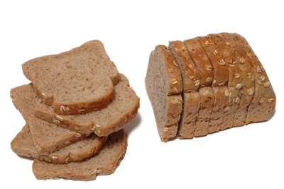 Frisches Brot schmeckt köstlich.