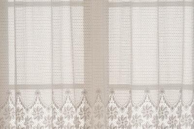 Nur saubere Gardinen zieren das Fenster