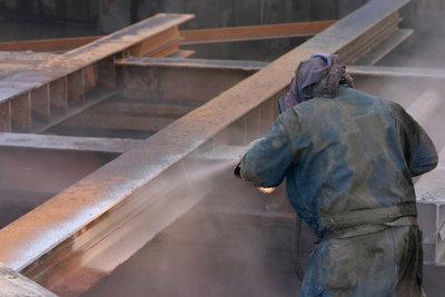 Sandstrahltechniken werden auch an Holzoberflächen eingesetzt.