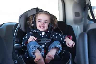 Im Auto müssen Kinder gesichert werden.