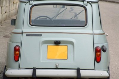 Einen Kennzeichenrahmen am Auto befestigen.