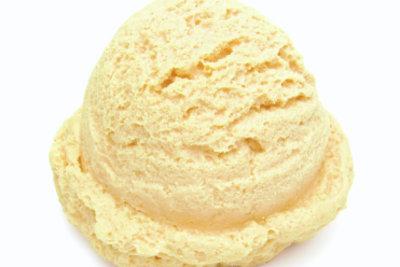 Zitroneneis kann man ohne Eismaschine machen.