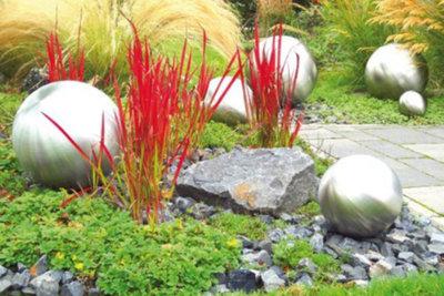 Dekogegenstände im Garten aus Edelstahl erzielen ein futuristisches Ambiente.