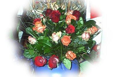 Arrangieren Sie getrocknete Rosen kunstvoll.