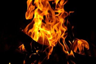 Das Kaminfeuer durch eine Scheibe schützen.