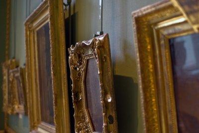 Alte Gemälde werden schonend gereinigt.