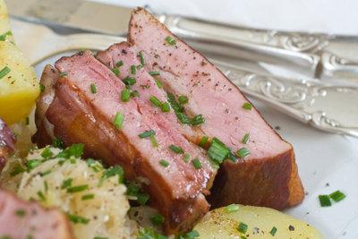 Kochen Sie geräucherte Rippchen mit Sauerkraut.