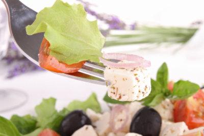Variieren Sie Salat mit eingelegtem Schafskäse.