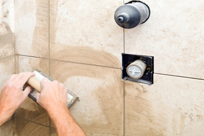 Eine Dusche sollte perfekt gefliest werden.