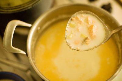Servieren Sie eine Lachs-Creme-Suppe.
