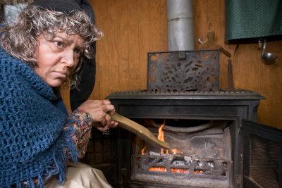 Ein Kaminofen sorgt für wohlige Wärme.