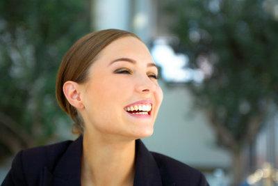 Strenge Frisuren lassen Frauen kompetenter wirken.