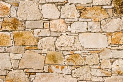 Eine Bruchsteinmauer kann unterschiedlich aussehen.