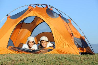 Jungs stehen auf Zelten.