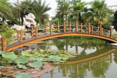 Bauen Sie eine kleine Teichbrücke.
