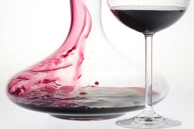 Eine Weinkaraffe verbreitet stimmungsvolles Ambiente.