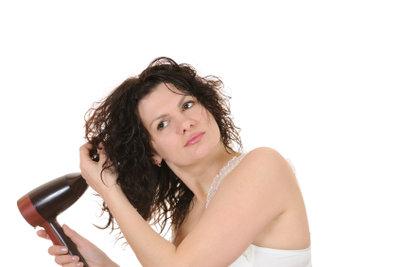 Langes Föhnen verursacht Spliss und Haarbruch.