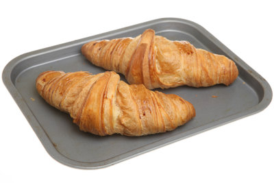 Backen Sie frische Butter-Croissants.