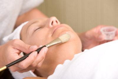 Ein Hautpeeling sollte fachgerecht durchgeführt werden.