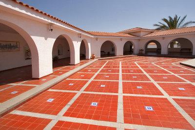 Verlegen Sie Terrassenplatten auf Beton.