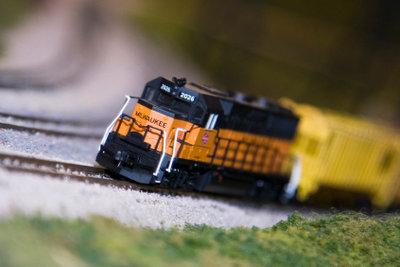 Für eine Modelleisenbahn einen Tunnel bauen.