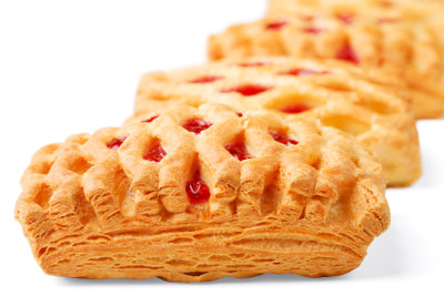Füllen Sie den Blätterteig mit Marmelade.