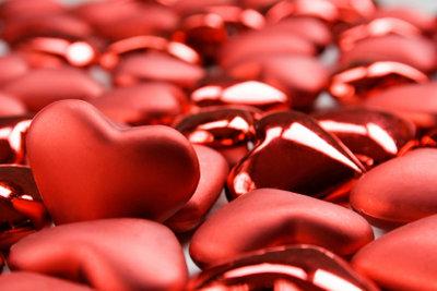 Herzen schaffen eine romantische Stimmung.