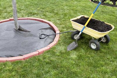 Decken Sie brachliegende Flächen ab, wenn Sie diese nicht sofort bepflanzen.