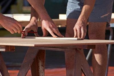 Bauen Sie aus Holzplatten einen Pflanztisch.