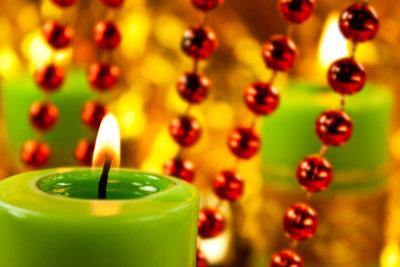 Festliche Dekorationen verschönern die Weihnachtszeit.