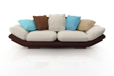 Reinigen Sie ein Alcantara-Sofa schonend.