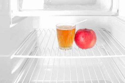 Die Eisschicht gehört in den Kühlschrank.
