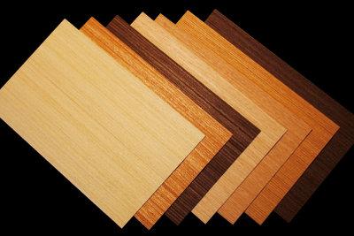 Bekleben Sie Ihre Holzmöbel mit Folien.