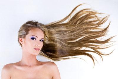 Zu blonden Haaren passen auffallende Farben.