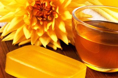 Mit Honig können Sie Hautfalten bekämpfen.
