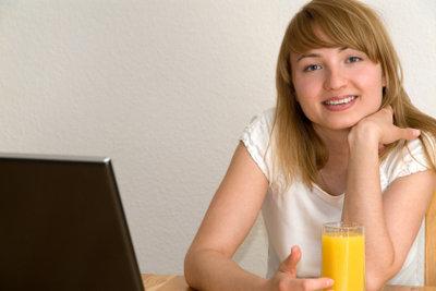 Viele Schüler arbeiten mit dem Laptop.
