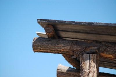 Holzbalken sollten regelmäßig gestrichen werden.
