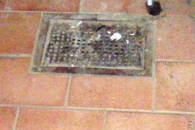 Reinigen Sie den Bodenablauf regelmäßig.