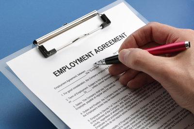 Der Vertrag besiegelt das Angestelltenverhältnis.