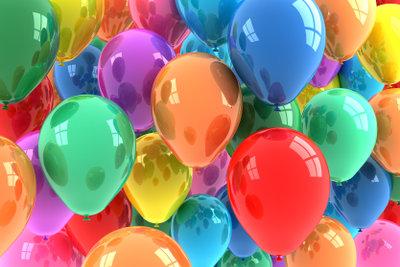 Ballons mit Süßigkeiten füllen ist kinderleicht.