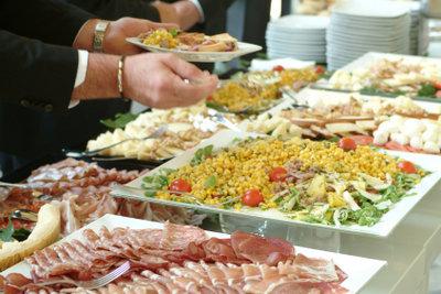 Planen Sie ausreichend Fleisch fürs Buffet.