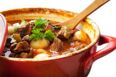 Gulasch passt zu Nudeln oder Kartoffeln.