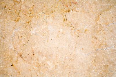 Polygonalplatten bestehen aus unterschiedlichen Natursteinen.